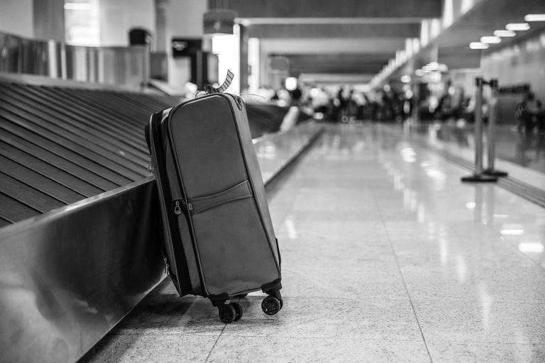 Mala ao lado de esteira para bagagens no aeroporto de Guarulhos (SP)