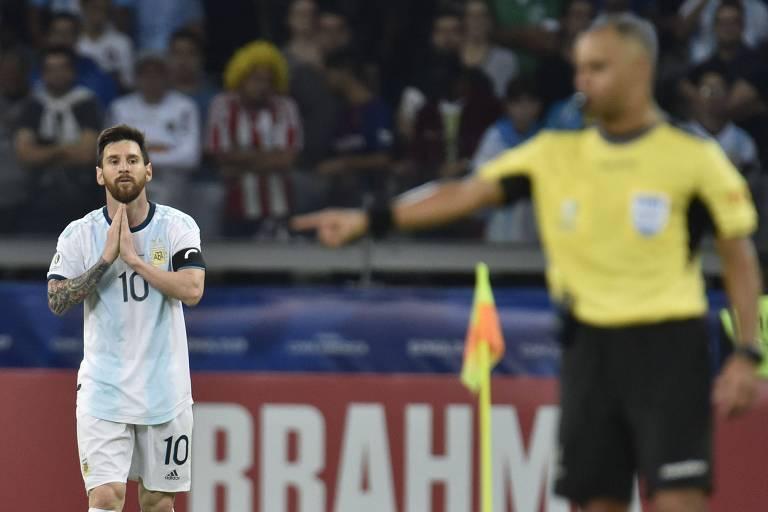 Messi, ao fundo, observa o árbitro brasileiro Wilton Pereira Sampaio durante empate com Paraguai
