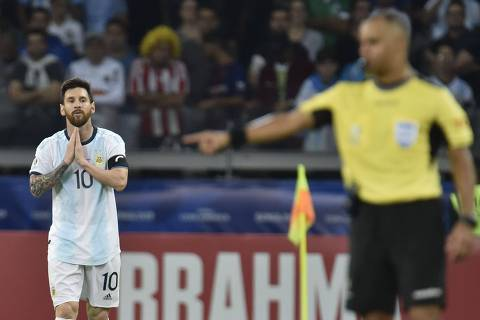 Argentina's Lionel Messi is pictured near Brazilian referee Wilton Pereira Sampaio after tying 1-1 with Paraguay in their Copa America football tournament group match at the Mineirao Stadium in Belo Horizonte, Brazil, on June 19, 2019. (Photo by Douglas Magno / AFP)