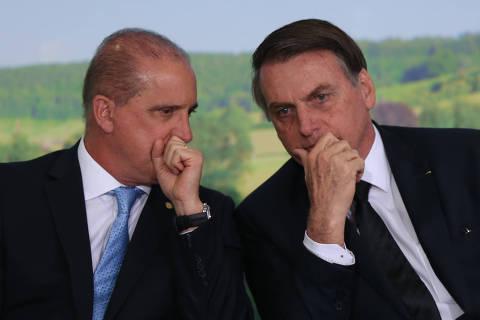 BRASÍLIA, DF, 18.06.2019:  O Ministro da Casa Civil Onyx Lorenzoni conversa com o Presidente Jair Bolsonaro,  durante cerimônia de Lançamento do Plano Safra 2019/2020, no palácio do Planalto. (Foto: ANDRE COELHO/Folhapress)