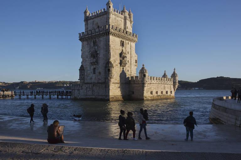 Turistas visitam a Torre de Belém, às margens do rio Tejo, em Lisboa
