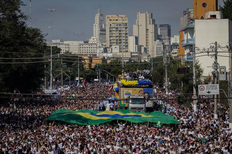 Fiéis participam da Marcha para Jesus, em São Paulo