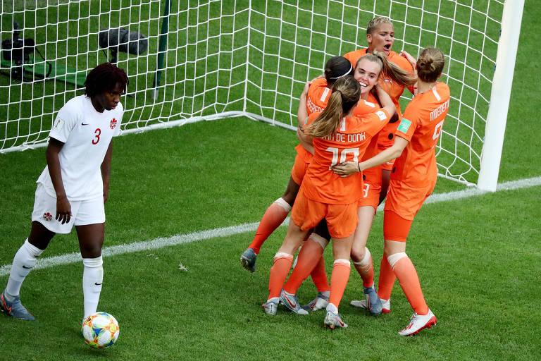 Jogadores da seleção da Holanda festejam gol na Copa do Mundo de futebol