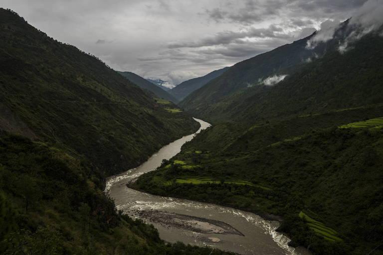 Na foto o rio Dangme atravessa um vale perto de Mongar, no Butão.