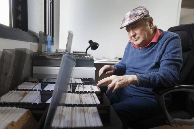 O arquiteto aposentado Silvio Breno de Souza, 85, tem um catálogo de 6.000 títulos, organizados em fichas