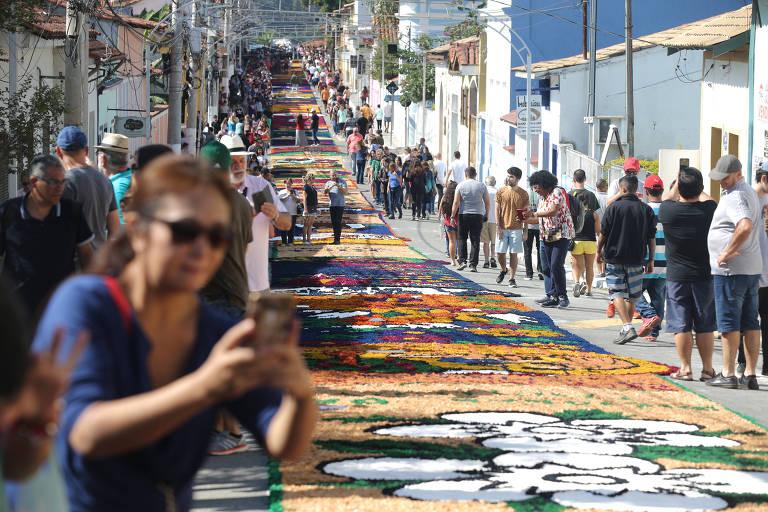 A celebração de Corpus Christi na cidade de Santana de Parnaíba no ano passado, com 850 metros de tapetes coloridos; por causa da pandemia, festa não será realizada este ano