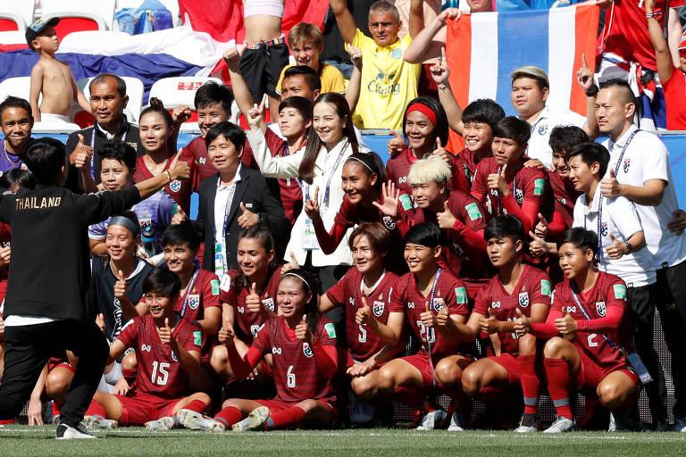Lamsam, de branco, posa para foto com jogadoras da Tailândia após partida com a Suécia