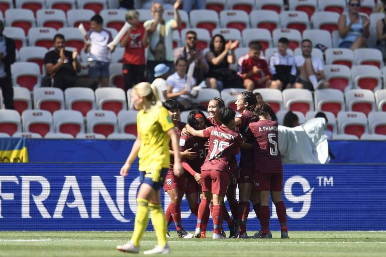 Jogadoras da Tailândia comemoram seu único gol na Copa do Mundo feminina