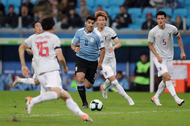 Luis Suárez entre jogadores japoneses em Porto Alegre
