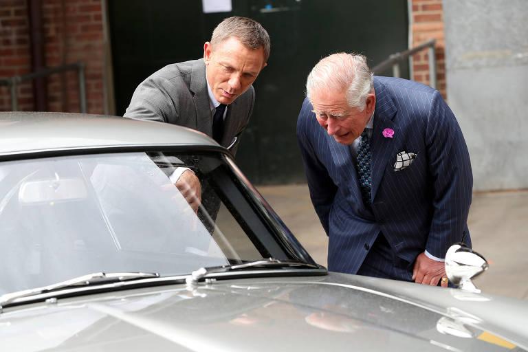 Príncipe Charles visita elenco de novo filme de 007