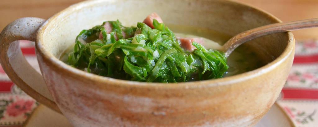 Caldo verde tem base de batata e leva couve-manteiga e linguiça portuguesa para dar sabor