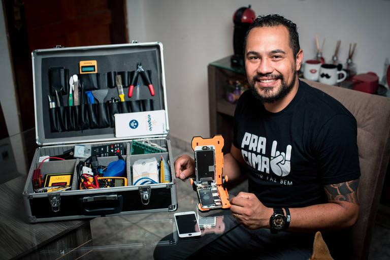 Diego Bezerra com a mala que recebeu da franqueadora Suporte Smart, para consertar celulares em casa