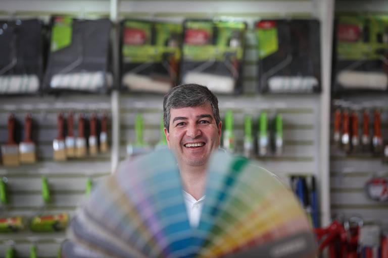 Nassim Katri, em unidade de sua franquia de tintas em São Paulo