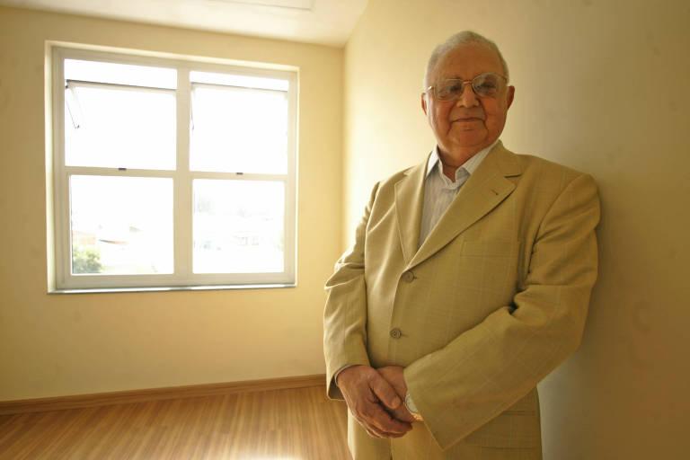 O maestro Silvio Baccarelli em 2008, quando o Instituto Baccarelli inaugurou sua nova sede na favela Heliópolis. O instituto proporciona educação musical para jovens carentes da comunidade