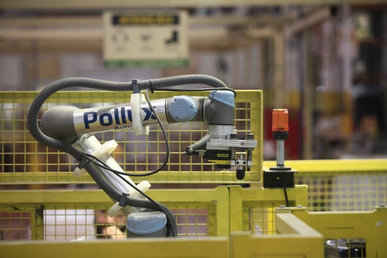 Na fábrica da Whirlpool, em Joinville (SC), robô colaborativo da Pollux Automation instalado na linha de produção. Diferentemente dos robôs da indústria automotiva (grandes e que requerem isolamento), os colaborativos trabalham ao lado dos operadores.