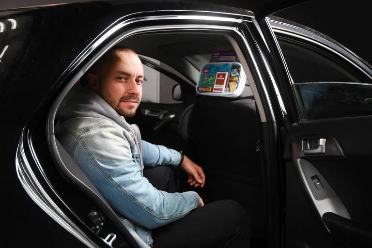 O dono da Numenu, Rafael Freitas, dentro de carro com produtos à venda