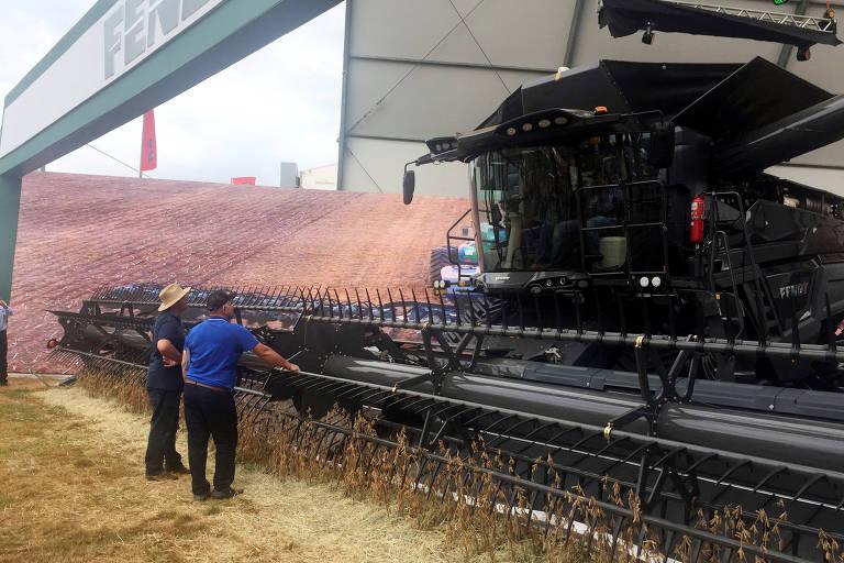 Produtores observam máquina agrícola na Agrishow de 2019, em Ribeirão Preto (SP)