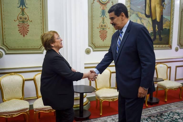 A alto comissária da ONU para direitos humanos, Michelle Bachelet, cumprimenta o ditador Nicolás Maduro no Palácio de Miraflores em Caracas