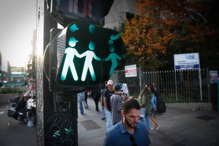 Semáforo com casal homoafetivo