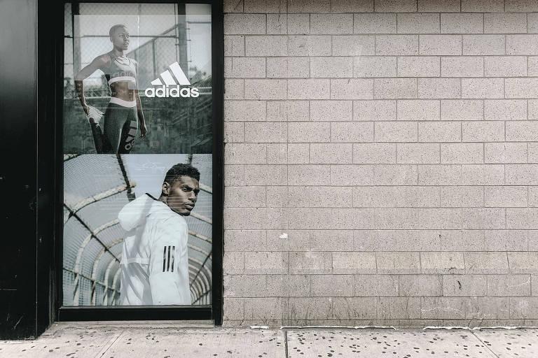 Propaganda da marca no lado de fora de uma loja de materiais esportivas, em Nova York