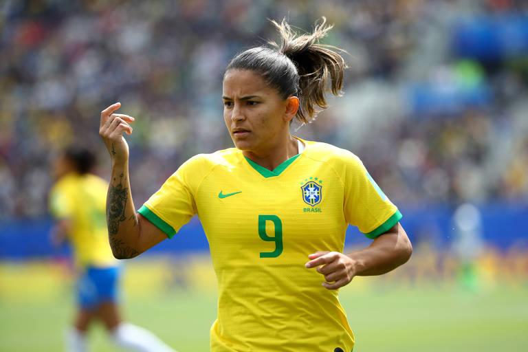 A atacante Debinha na estreia da seleção no Mundial, contra a Jamaica