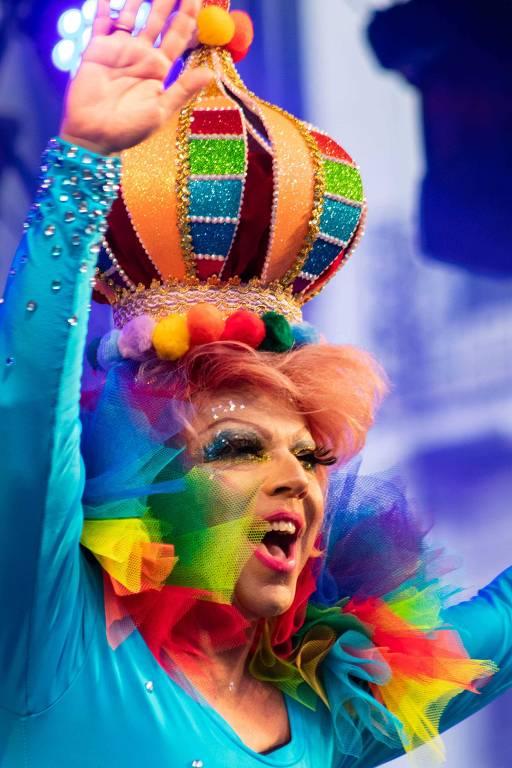 A drag Tchaka participa de feira cultural na antevéspera da Parada do Orgulho LGBT em SP