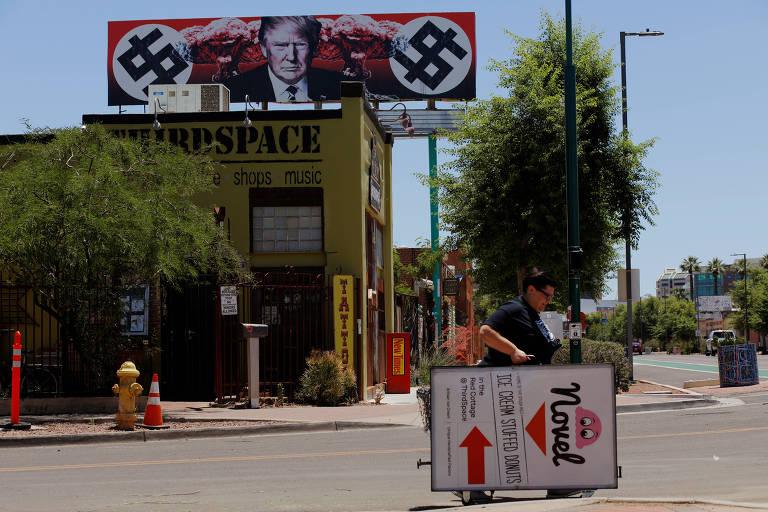Outdoor contra o presidente Donald Trump é exibido em Phoenix
