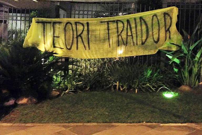 Protesto em frente ao apartamento do ministro do STF Teori Zavascki em Porto Alegre