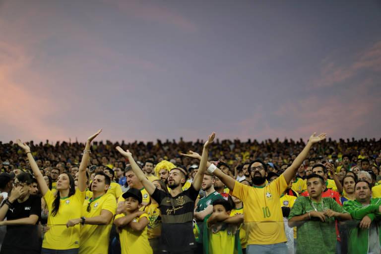 Pessoas de amarelo em estádio