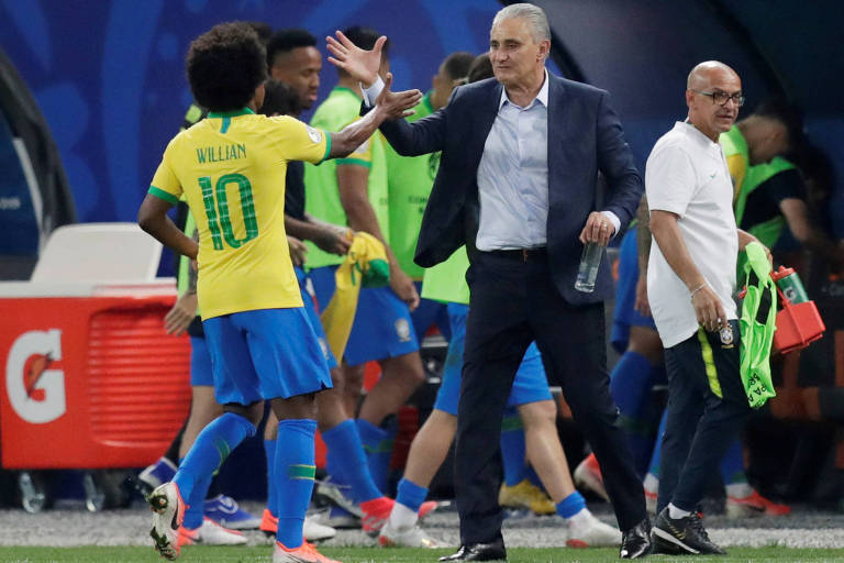 Tite cumprimenta o meia Willian após a goleada brasileira sobre o Peru, no Itaquerão