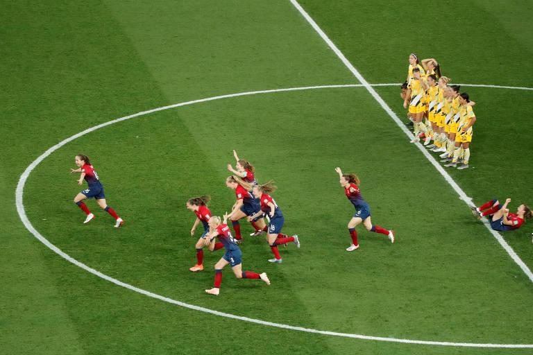 Jogadoras da Noruega comemoram a vitória nos pênaltis sobre a Austrália, em Nice (França), nas oitavas de final da Copa do Mundo de futebol