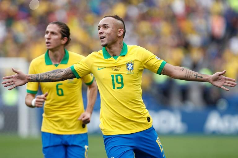 O atacante Everton comemora o seu gol, o terceiro do Brasil, com o lateral esquerdo Filipe Luís ao fundo,