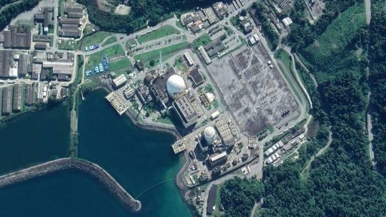 Usinas nucleares ao lado do mar vistas de cima