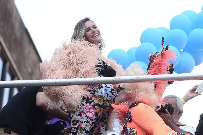 Fernanda Lima sobe em trio na Parada Gay de SP 2019