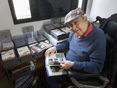 SAO PAULO, SP, BRASIL. 20.06.2019. O arquiteto aposentado Silvio Breno de Souza, 85, que é fã de filmes antigos. Ele guarda em casa um catalogo com mais de 6.000 titulos de flmes separados por nome, atores e diretores de um acervo de DVD que fica na casa em Cotia.   (foto: Rubens Cavallari/Folhapress,SHOW)