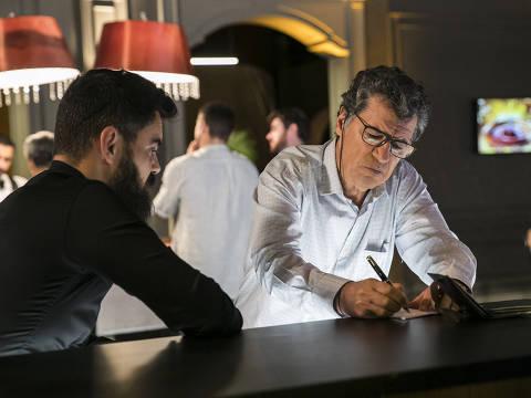 cap 67- cena 25 - Miguel  (Paulo Betti) desesperado ao perder de novo com