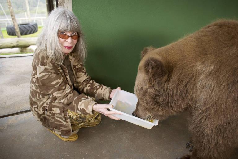 mulher com urso