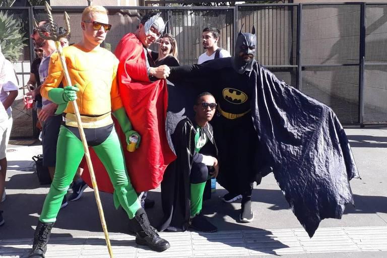 Participantes da Parada do Orgulho LGBT fantasiados de super-heróis