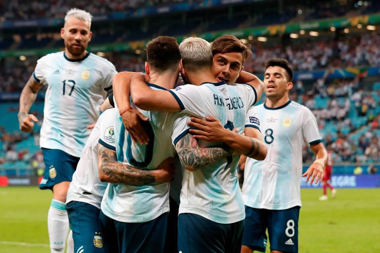 Argentinos comemoram com Aguero o segundo gol diante do Qatar