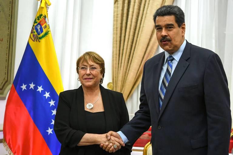 Ditador venezuelano, Nicolás Maduro, aperta a mão de Michelle Bachelet, alta comissária da ONU para direitos humanos, que visitou o país na sexta-feira (21).