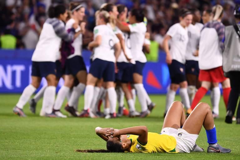 Ao fundo, francesas comemoram a classificação às quartas de final do Mundial