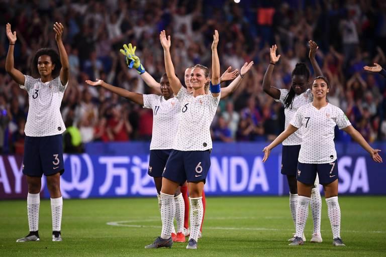 Jogadoras francesas comemoram vitória sobre o Brasil neste domingo (23)