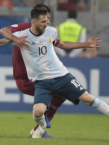 TOPSHOT - Argentina's Lionel Messi tries to control the ball during their Copa America football tournament group match against Qatar at the Gremio Arena in Porto Alegre, Brazil, on June 23, 2019. (Photo by Carl DE SOUZA / AFP)
