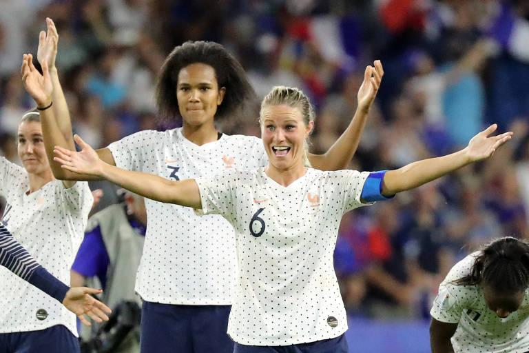 Amandine Henry e Wendie Renard, da seleção francesa, comemoram a vitória contra a seleção brasileira nas oitavas de final da Copa do Mundo feminina.