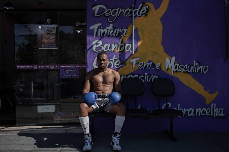 Jorge Preto, com a roupa de atleta, em frente ao seu salão na zona leste de São Paulo