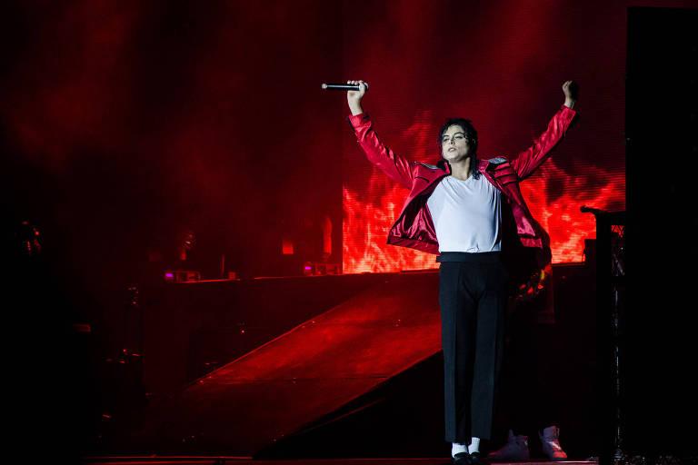 Rodrigo Teaser, cover do cantor Michael Jackson, durante apresentação