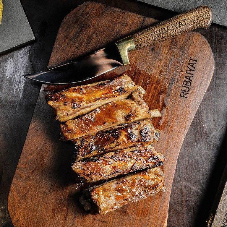 A Figueira Rubaiyat - Costelinha de porco com chimichurri, marinada e assada lentamente
