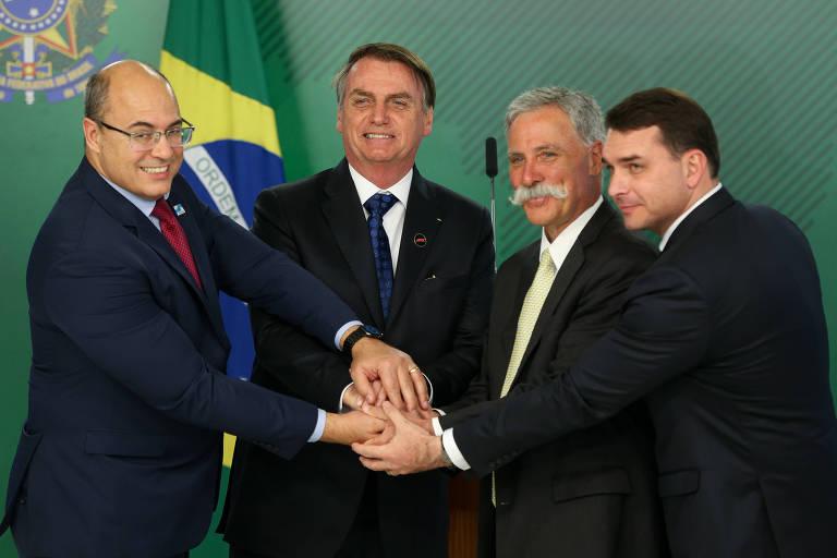 Bolsonaro acompanhado do governador do Rio, Wilson Witzel, do senador Flávio Bolsonaro e do CEO da F-1, Chase Carey, durante evento no Palácio do Planalto