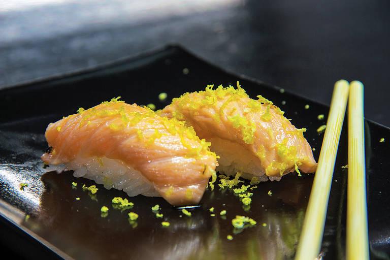 Niguiri de salmão maçaricado com raspas de limão siciliano