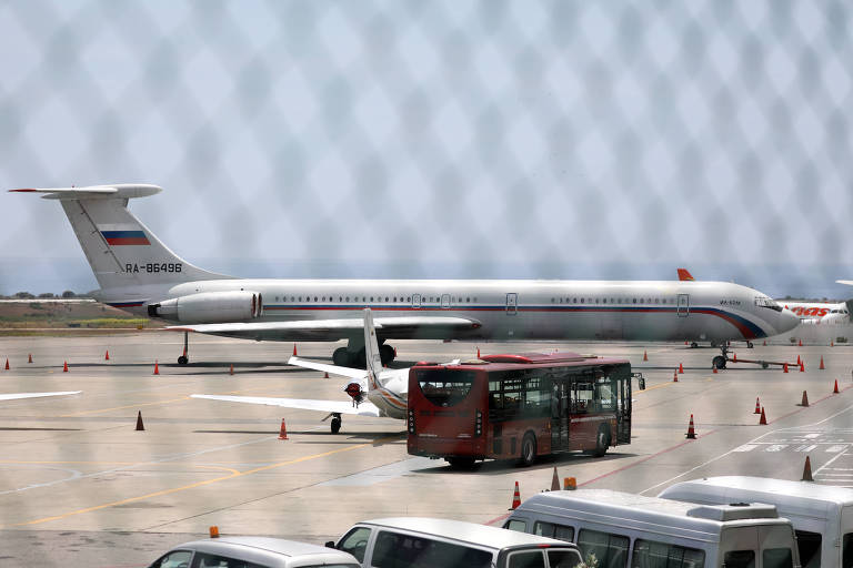 Um avião com a bandeira russa no aeroporto internacional Simon Bolívar, em Maiquetía